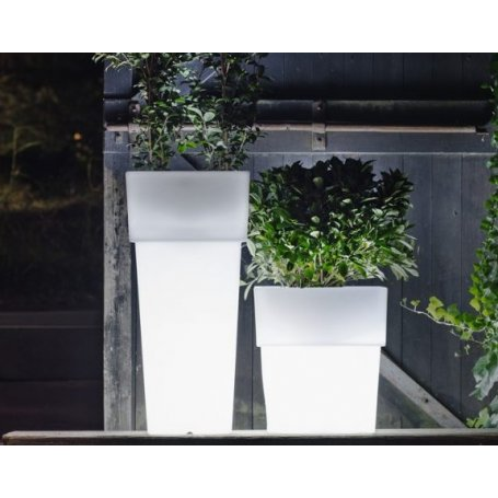 Torre LED, Serralunga, saatavilla eri väreissä LED-valolla, lampulla